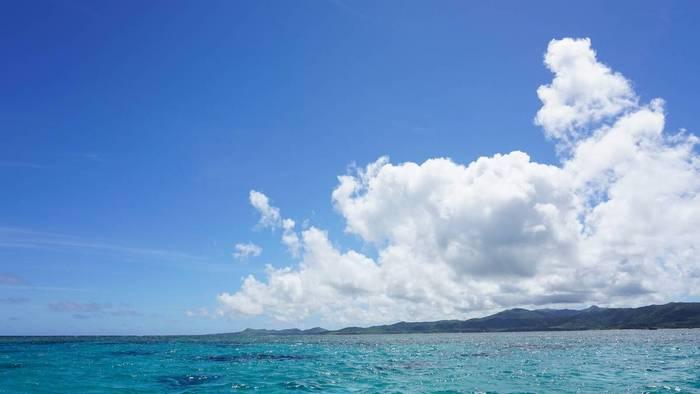 天気は晴れ穏やかな海です