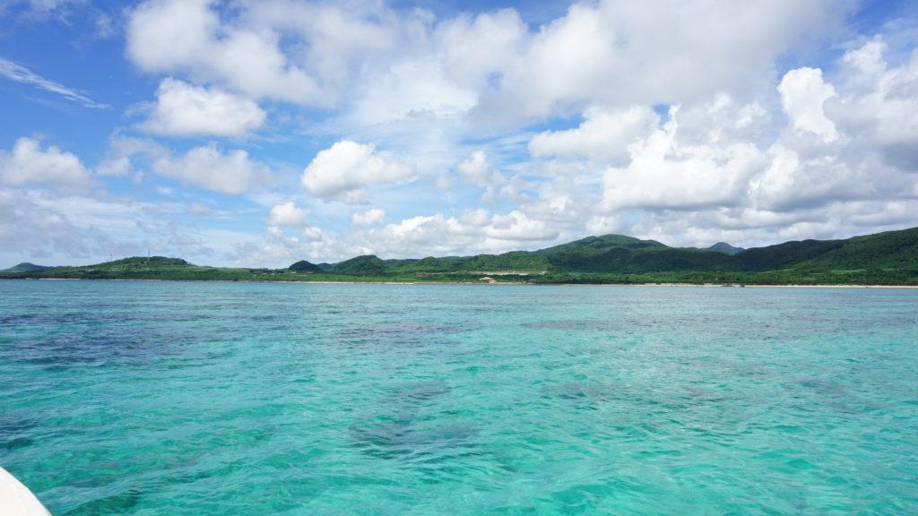 午前は抜けるような青空と海