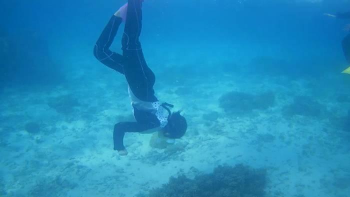 水底に向かってタッチ
