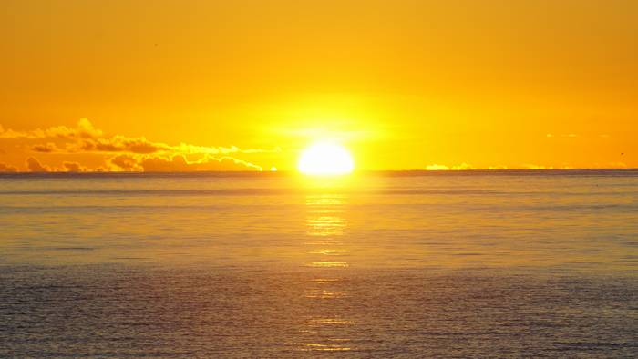 黄金にたなびく朝日