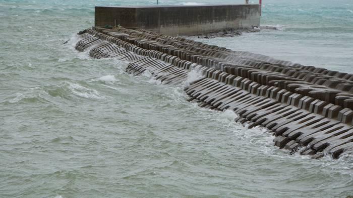 台風。港の堤防には荒波
