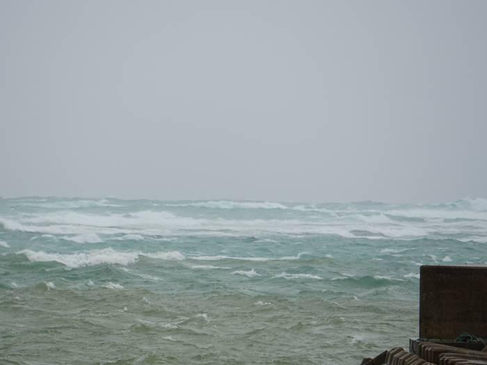 堤防の外には台風のうねり。