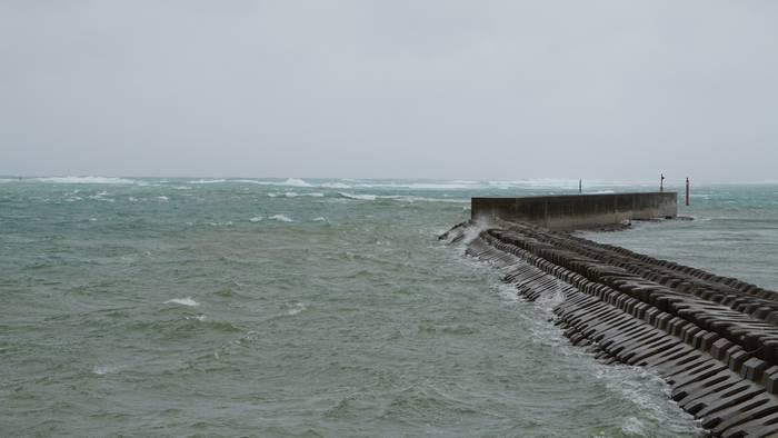 港の堤防。台風のうねりが