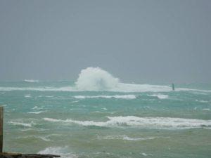 台風のうねりは徐々に。