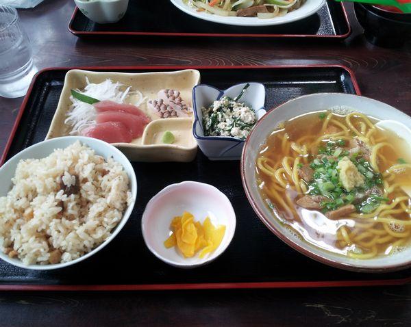 そば定食。700円で刺身もついてきます。