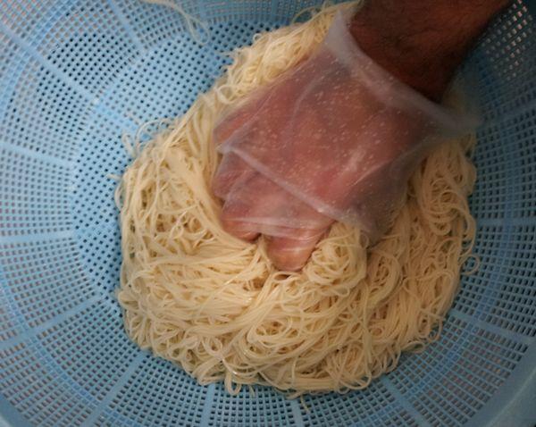 水を切る際は二回程度軽く麺をおさえる。きりすぎはNGです。