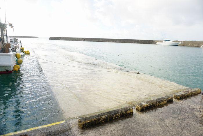 満潮時間の港の桟橋