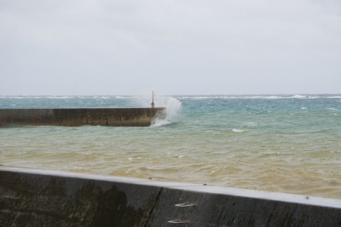 台風前、波しぶきが強いです