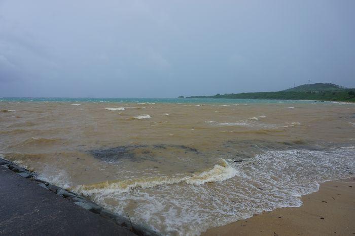 台風前のビーチ