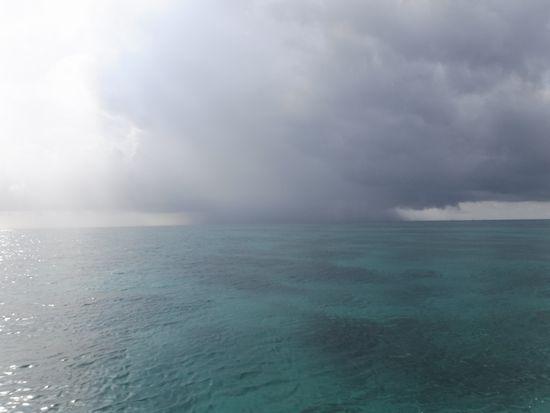 沖の方は、雨です