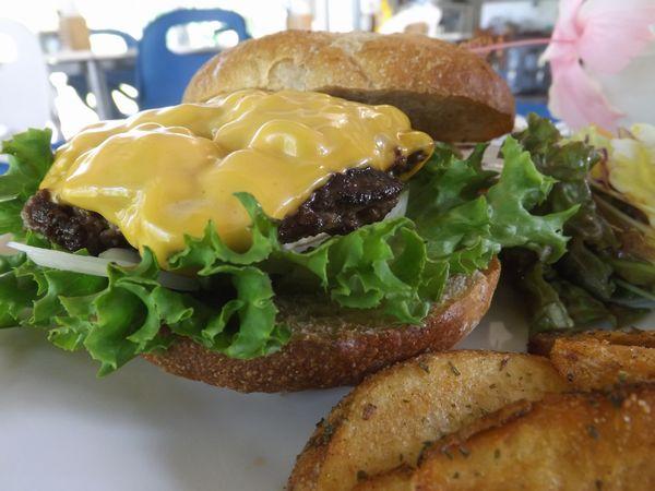 ウリウリハンバーガー。大きなサイズのバンズにとっても甘みのある石垣牛です。