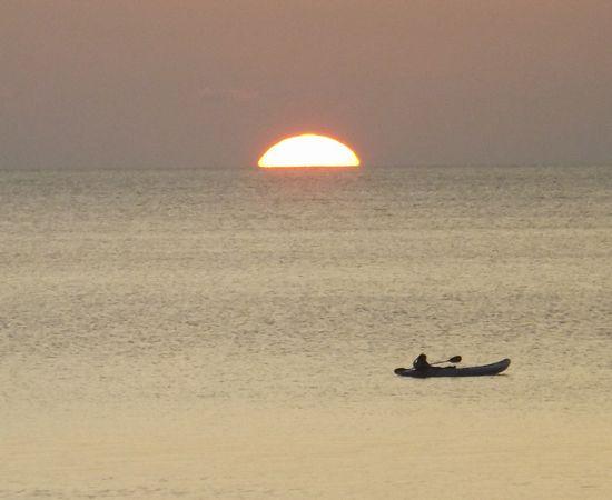 水平線に沈む夕日です
