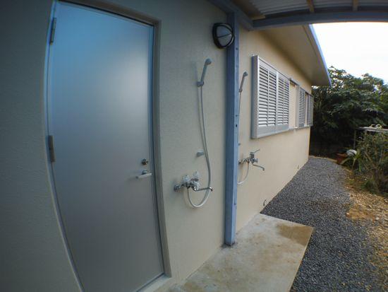 屋外になりますが、シャワー(温水可)
