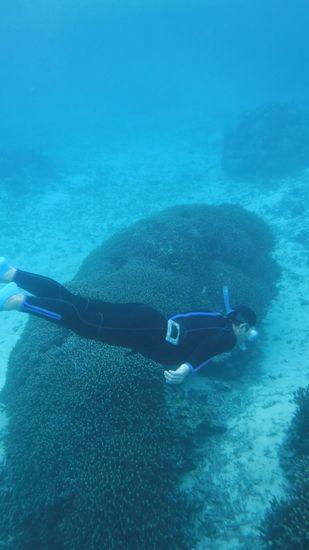水中の浮遊感を楽しんでいます