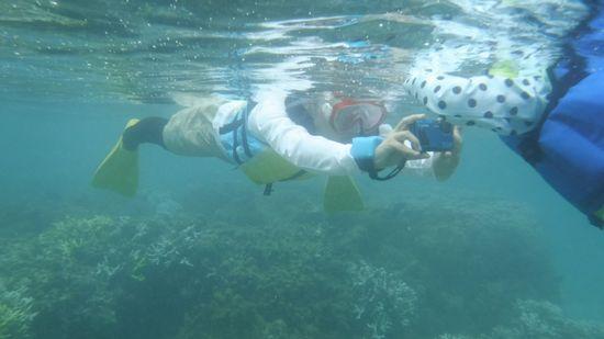 お母さんは水中カメラでマイコちゃんを激写です。