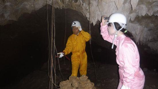 洞窟の神秘を楽しんでいます。