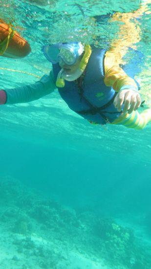 水中をしっかり楽しんでいるお兄ちゃんです。
