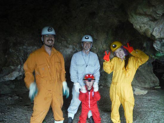 洞窟の入り口にて