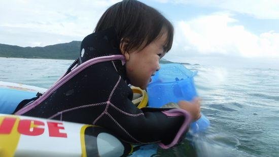 ケイスケ君、浮き輪で楽しんでいます