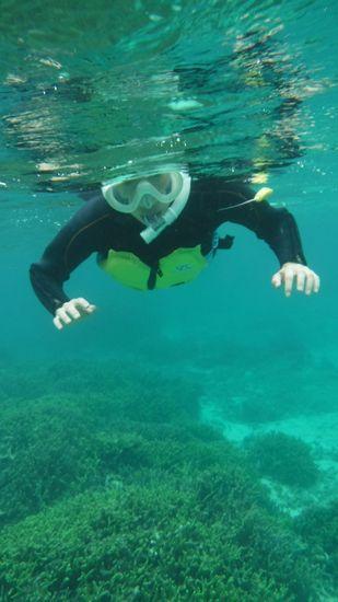 初めてのシュノーケルでも余裕の泳ぎでしたね