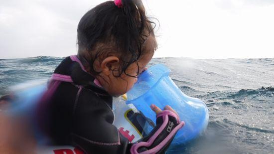 2歳のりんちゃんは浮き輪です。
