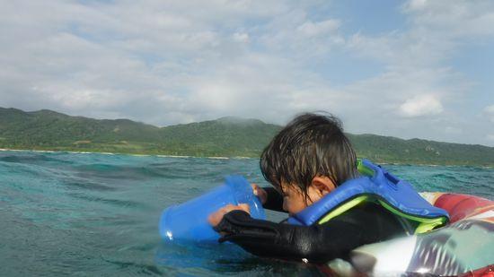 サンタ君も海を楽しんでいます。