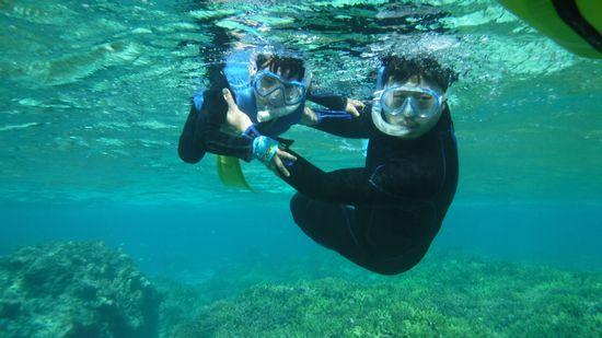 カイリ君にフォローをしながら、泳ぐお父さんです。