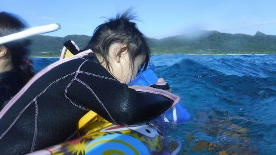 ハルノちゃんは、浮き輪で楽しんでいます。