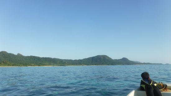ボートの船首で景色を楽しんでいます。