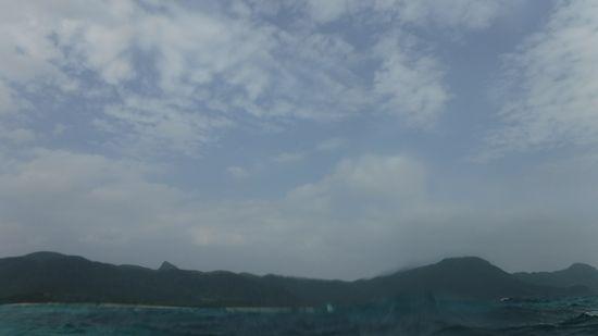 午前は、曇り。午後からは少し晴れ間です。