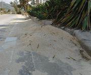 歩道脇の大量の砂・・・