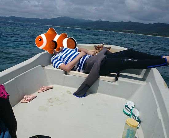 ボートでお昼寝の旦那さん