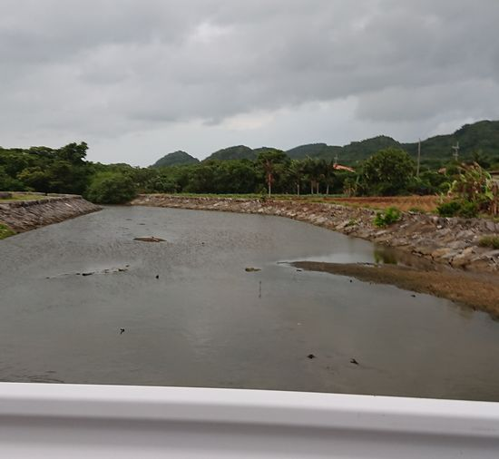 港のほとりの川