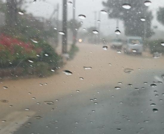 おうちの前。道路が冠水しています。