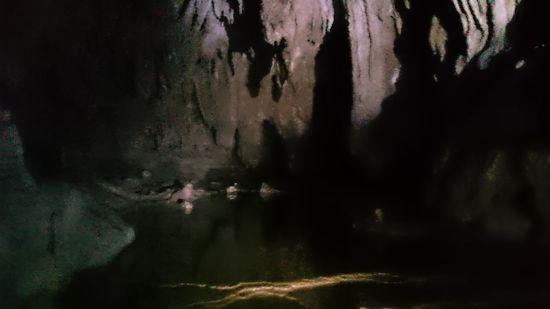 真っ暗な中を突き進む洞窟探検