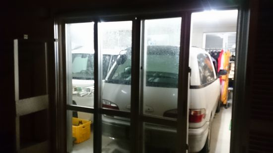 台風対策の最後は、車を事務所に収納です