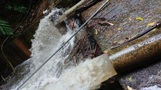 まずはダムの水を一気に排出です