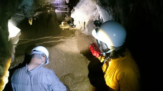 シュノーケルツアー後は、洞窟探検です