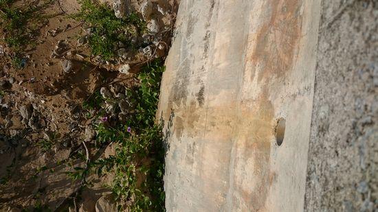 パイプの先は、断崖絶壁です。