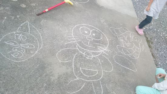 駐車場に落書き。