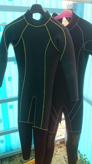 長そで長ズボンのウエットスーツ