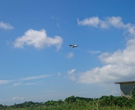 空にポツンとプロペラ機