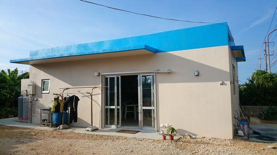 青色の屋円が目印の事務所です。