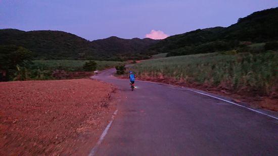 朝やけの中、ひたすら自転車