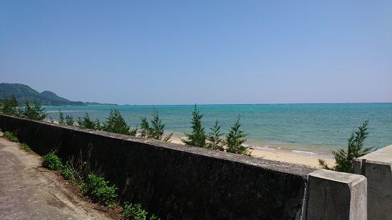 堤防沿いはきれいな海を一望です