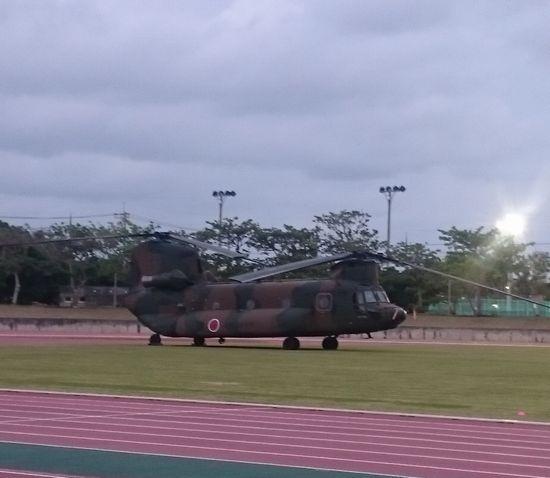 陸上競技場には、ヘリコプター