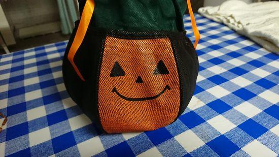 手の凝ったかぼちゃのポーチ