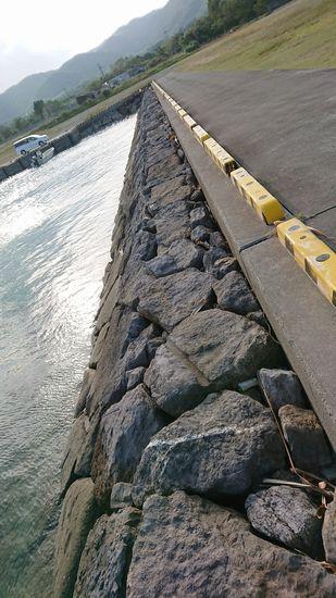 港の堤防をお散歩