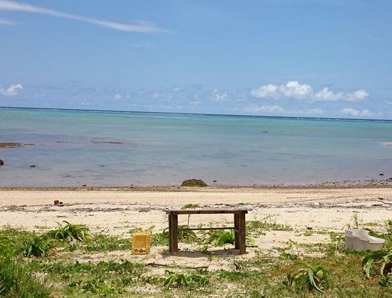 ビーチにポツンと机。