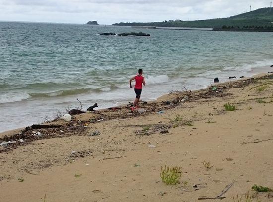 ビーチを延々と走る笹川